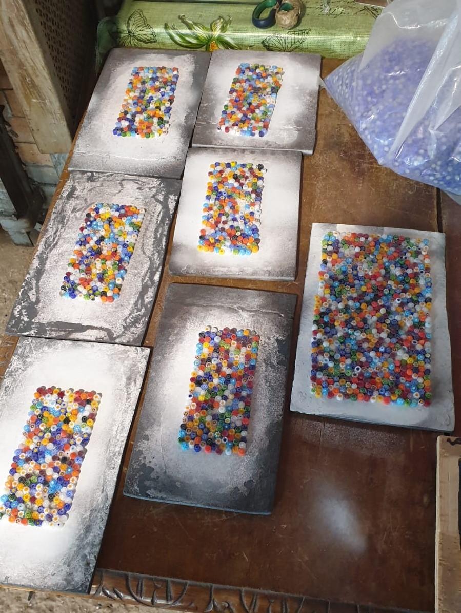 Composizione di murrine millefiori multicolori su piastre in ferro
