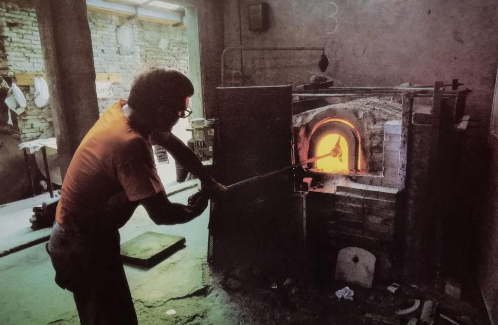 Loredano Rosin al lavoro in fornace